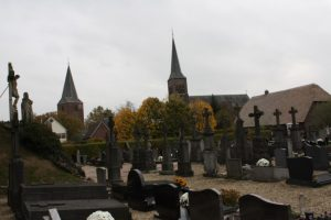 Gezicht op de Calvarieberg, de Oude kerk (sinds 1910 Sint Bonifatius) en de Nieuwe kerk (Sint Antonius Abt).