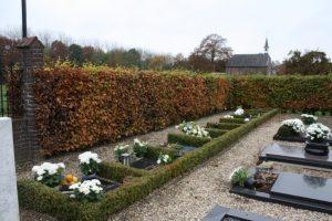 Op de begraafplaats is een aparte plek voor de urnen ingeruimd; in 2010 is deze ruimte uitgebreid. Op de achtergrond de protestantse kerk.